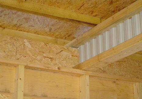 La membrure haute de la poutre assure le débord de toit.