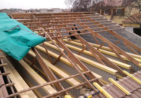 Création du plancher par solidarisation des poutres Nailweb aux entraits des fermettes