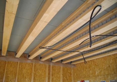Plancher d'étage avec fixation des poutres sur étriers sur ceinture LVL